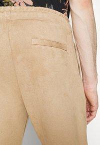 Pegador - WIDE PANTS - Kalhoty - almond - 7