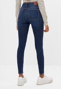 Bershka - MIT HOHEM BUND  - Jeans Skinny Fit - blue-black denim - 2