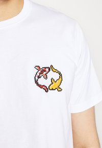 Bricktown - KOI CARPS SMALL - Print T-shirt - white - 5