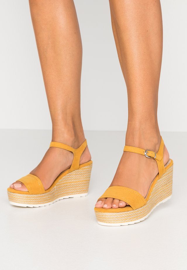 Sandaler med høye hæler - saffron