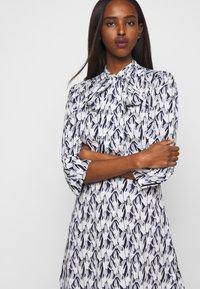 Victoria Victoria Beckham - SCARF NECK SURREAL HANDS TWILL MINI DRESS - Denní šaty - blue - 4