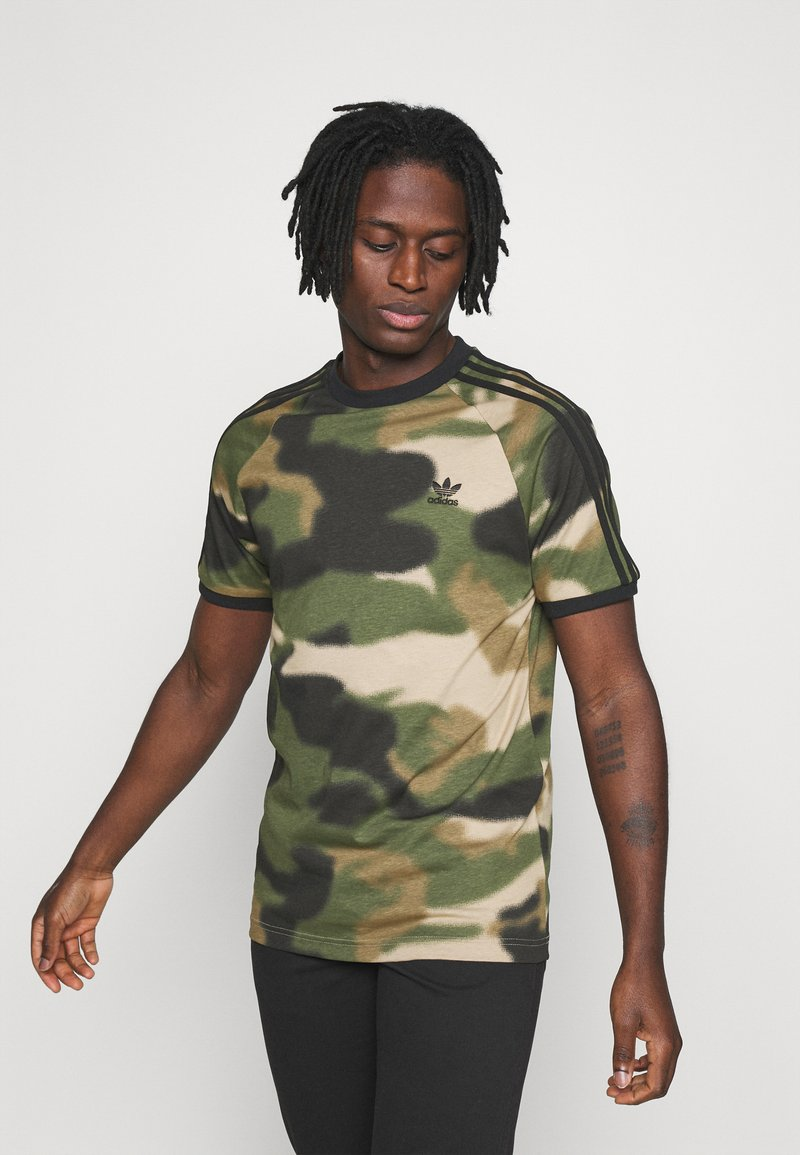 adidas Originals - CAMO CALI - T-shirts print - wild pine/multicolor/black
