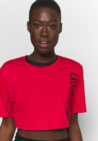 Calvin Klein Performance - CROPPED  - Print T-shirt - red - 3