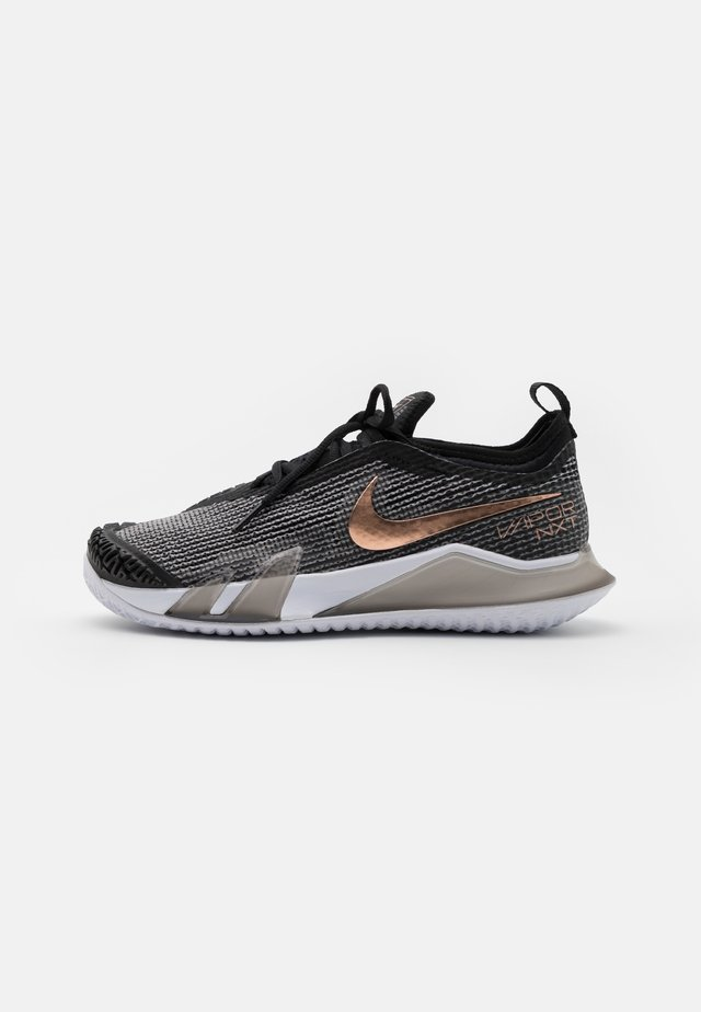 REACT VAPOR NXT - Chaussures de tennis toutes surfaces - black/white/metallic red bronze