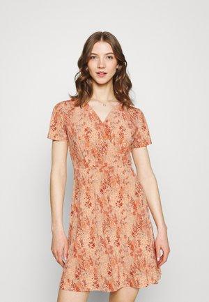 PCEMANUELLE DRESS - Žerzejové šaty - duna/coral