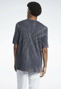 Reebok Classic - CLASSICS TIE-DYE T-SHIRT - T-shirt imprimé - black - 1