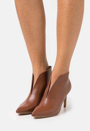 CORFU - Chaussures de mariée - tan