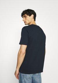 Ben Sherman - SIGNATURE FLOCK TEE - Print T-shirt - dark navy - 2