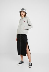Tommy Jeans - BADGE HOODIE - Sweat à capuche - grey - 1