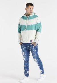 SIKSILK - SPACE JAM SLAM DUNK APPLIQUE - Jeans Skinny Fit - midstone - 1
