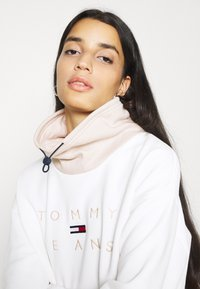 Tommy Jeans - TONAL LOGO FUNNEL NECK - Sweatshirt - smooth stone - 3