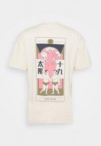 Edwin - TAROT DECK UNISEX - Print T-shirt - pelican - 6
