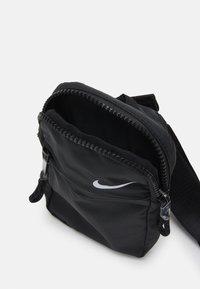 Nike Sportswear - UNISEX - Bandolera - black/iron grey/white - 2