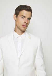Isaac Dewhirst - WHITE WEDDING SLIM FIT SUIT - Kostym - white - 8