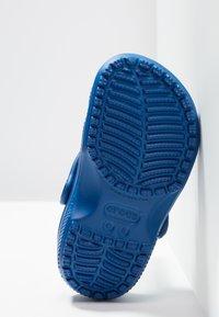 Crocs - CLASSIC UNISEX - Pool slides - blue jean - 5