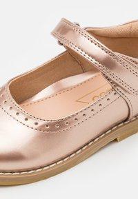 Friboo - Ballerina's met enkelbandjes - bronze - 5