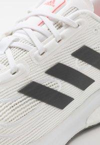 adidas Performance - SUPERNOVA - Neutrální běžecké boty - footwear white/grey five/signal pink - 5