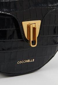 Coccinelle - BEAT HALF MOON - Borsa a tracolla - noir - 6