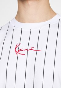 Karl Kani - SMALL SIGNATURE PINSTRIPE TEE UNISEX - Print T-shirt - white/black - 5