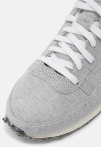 Nike Sportswear - CHALLENGER OG UNISEX - Trainers - white/grey/dark red - 6