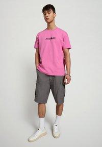 Napapijri - S-BOX   - T-shirt z nadrukiem - pink super - 0