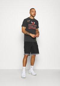 Mitchell & Ness - NBA CHICAGO BULLS FAN BANNER - Equipación de clubes - black - 1