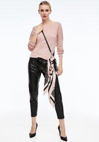 comma - MIT STRUKTURMUSTER - Sweatshirt - light pink - 1