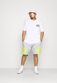 Tommy Jeans Plus - COLORBLOCK  - Shorts - silver grey heather/faded lime - 1