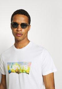 Levi's® - HOUSEMARK GRAPHIC TEE UNISEX - T-shirt z nadrukiem -  white - 3