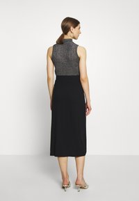 Even&Odd - BASIC - Midi skirt with slit - Spódnica trapezowa - black - 2