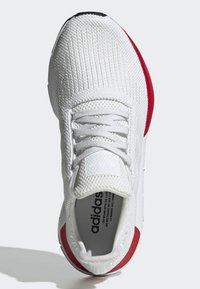 adidas Originals - SWIFT RUN RUNNING-STYLE SHOES - Trainers - white - 2