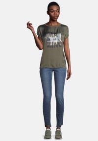 Cartoon - Print T-shirt - khaki/grey - 1