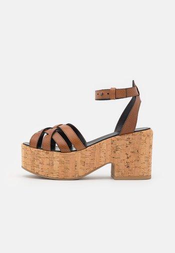 RITO - Sandály na platformě - kamel