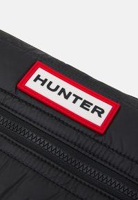 Hunter ORIGINAL - ORIGINAL PUFFER SACOCHE UNISEX - Skulderveske - black/red box logo - 3
