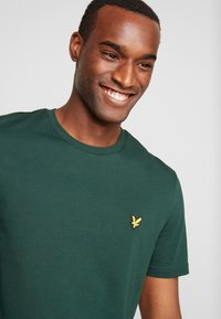 Lyle & Scott - CREW NECK  - T-shirt - bas - jade green - 4