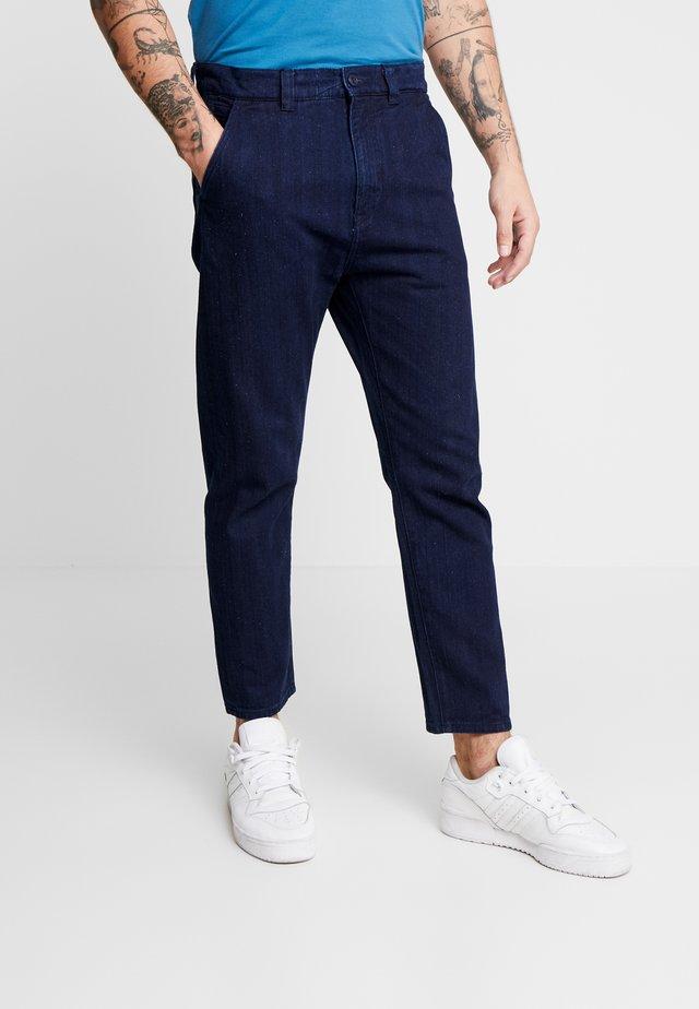 UNIVERSE PANT CROPPED - Pantalones - indigo