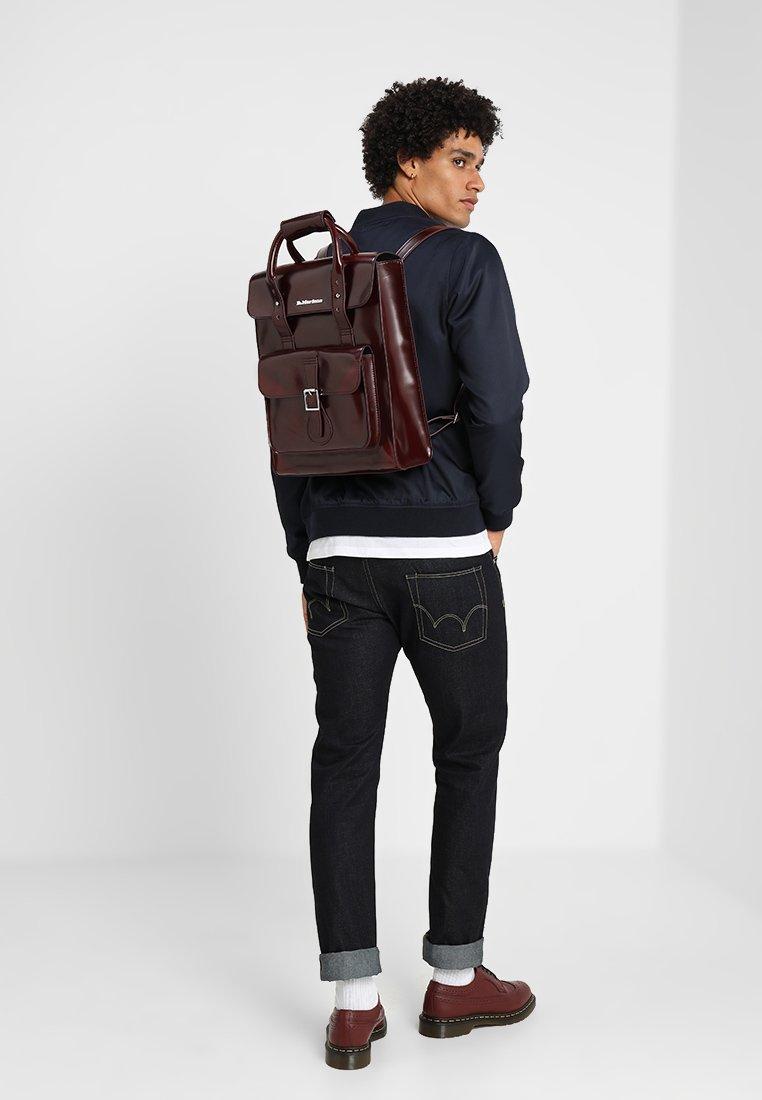 Dr. Martens Small Backpack - Tagesrucksack Cherry Red Cambridge Brush/dunkelrot
