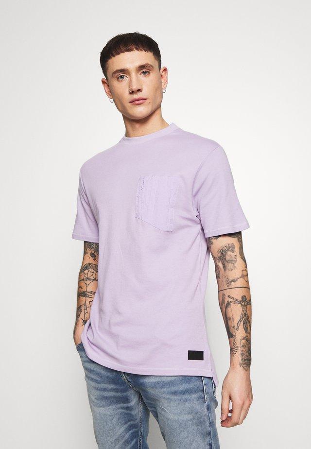 PANEL BADGE TEE - Basic T-shirt - lilac