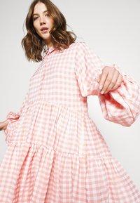 Missguided - CHECK BALLOON SLEEVE SMOCK DRESS - Skjortekjole - pink - 3