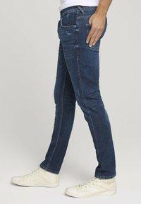 TOM TAILOR DENIM - Slim fit jeans - destroyed dark stone blue deni - 3