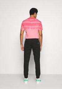 Tommy Jeans - SCANTON JOGGER DOBBY PANT - Pantaloni sportivi - black - 2