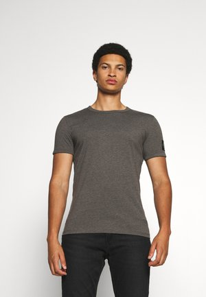 MONOGRAM BADGE GRINDLE TEE - T-shirt - bas - aluminium grey