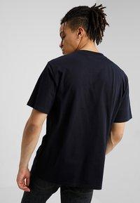 Carhartt WIP - BASE  - Basic T-shirt - dark navy/white - 2
