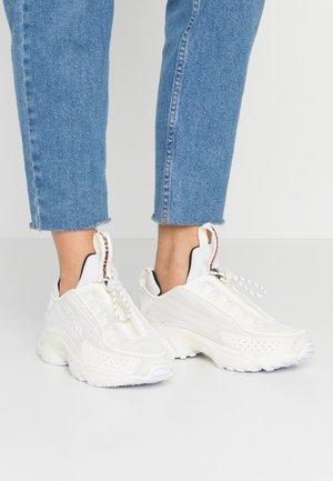 DMX SERIES 2200 ZIP - Sneaker low - chalk/clear white/black