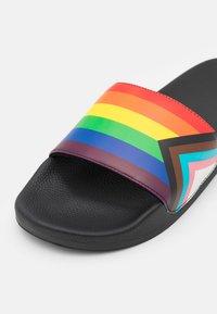 Abercrombie & Fitch - RUBBER SLIDE - Matalakantaiset pistokkaat - rainbow pride - 5