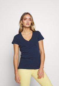 Mos Mosh - ARDEN V NECK TEE - Basic T-shirt - navy - 0