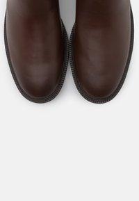 Coach - FYNN BOOT - Boots - walnut - 6