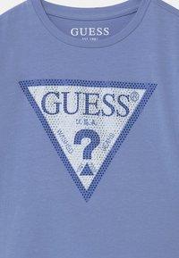 Guess - JUNIOR MIDI - Print T-shirt - confidential blue - 2