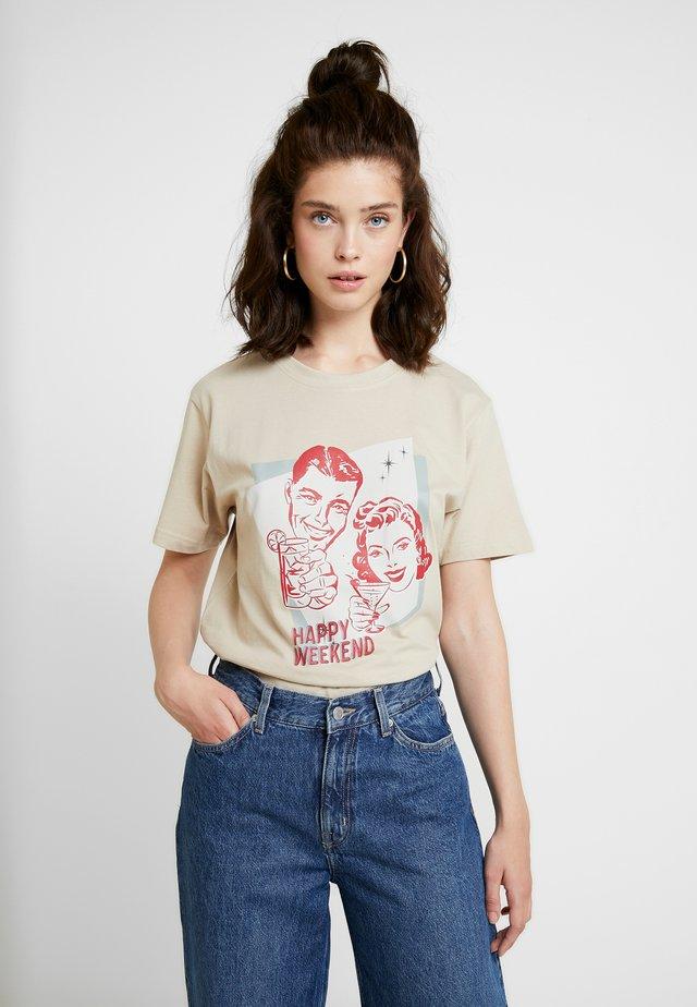 LADIES HAPPY WEEKEND TEE - Print T-shirt - sand