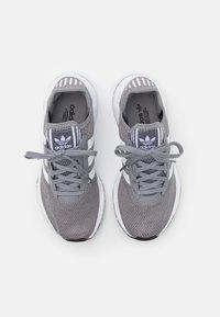 adidas Originals - SWIFT RUN X UNISEX - Joggesko - grey three/footwear white/core black - 3